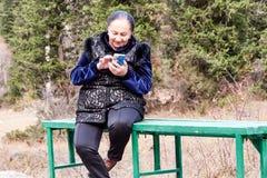 åldern är inte ett hinder till teknologi royaltyfria bilder