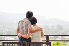 Åldrades den asiatiska mitt för lycka ett par i ferie royaltyfri bild