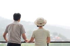 Åldrades den asiatiska mitt för lycka ett par i ferie fotografering för bildbyråer