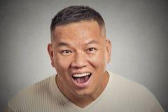 Åldrades den lyckliga mitt för headshoten mannen som ser chockat förvånat fotografering för bildbyråer