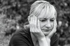 Åldrades den monokromma ståenden för sidan av en frustrerad mitt kvinnan royaltyfri foto