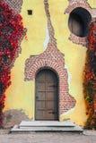 Åldrades konstgjort väggen yttersidan av murbruken som åldras konstgjort med sprickor som imiterar den naturliga kläder-och-revan fotografering för bildbyråer