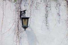 Åldrades lampor gjorde av metall och exponeringsglas arkivfoto