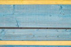 Åldrades målade spruckna bräden med blå och gul färgskalningsmålarfärg Gammal naturlig grunge texturerad trätextur Ridit ut trä w royaltyfri bild