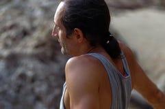 Åldrades mannen för ståenden vaggar mitt med lång hårsideview, utanför och på bakgrund Royaltyfria Foton