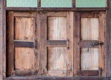 Åldrades träfönster stängde sig royaltyfria foton