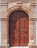Åldrades träorientalisk hem- garnering för gammal tappning den bruna rostiga dörröppningen arkivbild