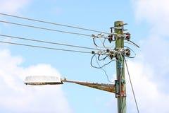 åldras elektrisk ljus stolpegata Arkivfoton