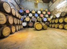 Åldras gamla trätrummor och fat i källare på whiskydestillationsapparaten Fotografering för Bildbyråer