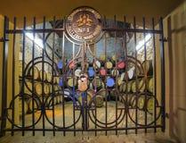 Åldras gamla trätrummor och fat i källare på whiskydestillationsapparaten Royaltyfri Fotografi