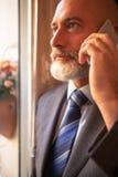 Åldrig affärsman för mitt som lyssnar Royaltyfri Foto