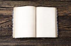 Åldrig bok på trätabellen Royaltyfri Foto
