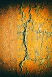 Åldrig cementväggtextur som är sprucken vaggar bakgrund, grov yttersida Royaltyfria Bilder