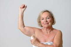 Åldrig dam Applying Deodorant för mitt på armhålan Arkivfoton