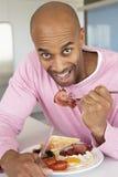 åldrig frukost som äter stekt manmedelsjukligt Royaltyfria Bilder