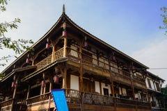 Åldrig kinesisk timmer inramade byggnad på den soliga vintermiddagen Royaltyfria Bilder