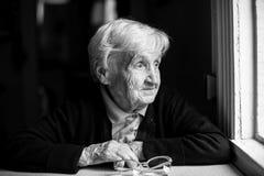 Åldrig kvinna 80-85 år, svartvitt foto Stående Royaltyfria Foton