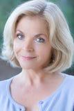 Åldrig kvinna för härlig blond en mitt Royaltyfri Bild
