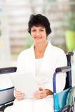 Åldrig kvinna för handikappad en mitt Fotografering för Bildbyråer