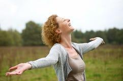 Åldrig kvinna för lycklig mitt som tycker om liv arkivfoton
