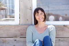 Åldrig kvinna för lycklig mitt som utomhus ler Arkivbilder