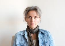 Åldrig kvinna för mitt i grov bomullstvillskjorta Fotografering för Bildbyråer