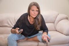 Åldrig kvinna för mitt med en tvfjärrkontroll Arkivbilder