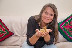 Åldrig kvinna för mitt med godisar för en handfull Arkivbild