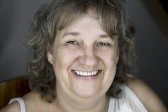 Åldrig kvinna för mitt med stort leende arkivbilder