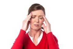 Åldrig kvinna för mitt som har huvudvärk arkivfoto