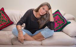 Åldrig kvinna för mitt som ser trött Royaltyfri Foto