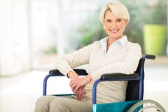 Åldrig kvinna för rörelsehindrad en mitt Arkivfoto