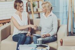 Åldrig kvinna för realitet som hälsar hennes finansiella rådgivare arkivbild