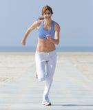 Åldrig kvinna för sund mitt som tycker om en jogga Fotografering för Bildbyråer