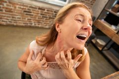 Åldrig kvinna som har överilat och rodnar på hennes hals efter allergi fotografering för bildbyråer