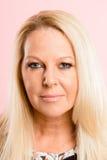 Definiti för kick för allvarlig bakgrund för kvinnastående rosa verkligt folk Royaltyfri Fotografi