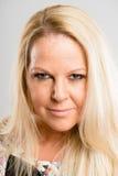 Backgrou för grå färg för definition för kick för allvarlig kvinnastående verkligt folk Fotografering för Bildbyråer