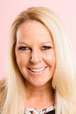 Definition för kick för lycklig bakgrund för kvinnastående rosa verkligt folk Royaltyfri Bild
