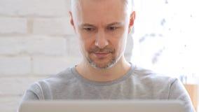 Åldrig man för mitt som arbetar på bärbara datorn, Front View Arkivbild