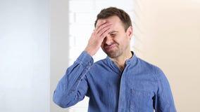 Åldrig man för spänd och frustrerad mitt med huvudvärk Royaltyfri Bild