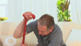 Åldrig man som använder en gå pinne stock video