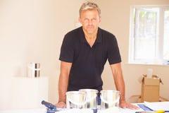 Åldrig manlig inredekoratör för mitt, stående royaltyfria bilder
