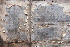 Åldrig rumväggbakgrund med den sönderrivna tappningtapeten Royaltyfria Bilder