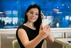 Åldrig 20-tal för modellflicka som gör selfiefotoet Royaltyfri Bild