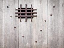 Åldrig trädörr med ironworken Arkivfoton