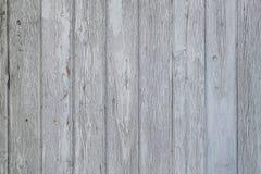 Åldrig träyttersida av vertikala plankor med sprucken vit målarfärg royaltyfria bilder