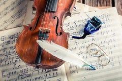 Åldriga ark och fiol med färgpulver och fjädern Royaltyfria Bilder