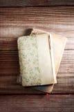 Åldriga böcker på en lantlig trätabell Royaltyfri Fotografi
