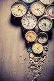 Åldriga klockor i hög Royaltyfri Bild