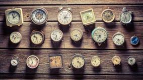 Åldriga klockor på väggen Arkivbilder
